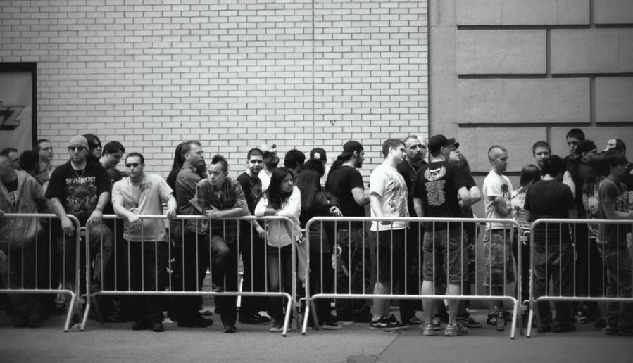 Concert line (Félix Pagaimo via Flickr)
